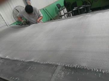 A worker is trimming stainless steel cloth burr on the work platform